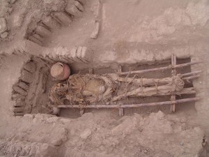 Entierro Lima: Human remains in the burial site of the Lima culture (500-700 AD) uncovered at the Huaca Pucllana great adobe pyramid, in the city of Lima, Peru. (Credit Huaca Pucllana research, conservation and valorisation project)