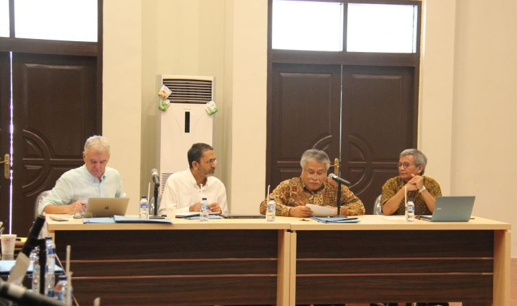 Prof Randy Stringer, Dr Ejaz Qureshi (ACIAR Project manager), Dr Abdul Basit (Director of ICASEPS), Dr Erwidodo (Senior researcher of ICASEPS)