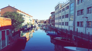 One of the many magnificent canals of Venezia.